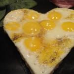 Mélange de salade et œuf de caille