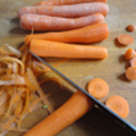 Baeckoeffe Eplucher et couper les carottes