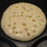 Pancakes Les bulles éclatent, les retourner