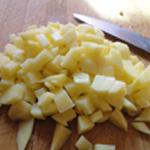 Soupe à la tomate Couper les pommes de terre