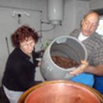 Distiller les mirabelles On charge le boilier avec dame Ginette