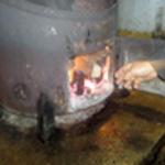Distiller les mirabelles Roger met du bois