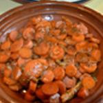 Tajine au poulet Ajouter les carottes dans le tajine