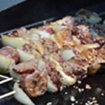 Brochettes de boeuf et sésame Cuire sur un barbecue chaud