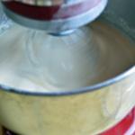 Clafoutis aux mirabelles Mélanger les ingrédients