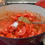 Moussaka Ajouter épices et tomates