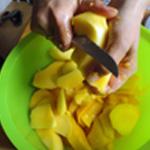 Mousse mangue Eplucher puis couper