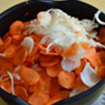 Tajine de carottes Couper les oignons en rondelles