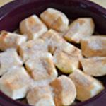Gateau caramélisé aux pommes Couper les pommes en quatre