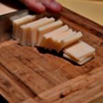 Gratin de pates au jambon Couper le parmesan en bâtonnets