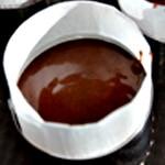 Moelleux au chocolat et framboises Verser le chocolat