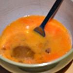 Omelette pomme de terre Battre les oeufs