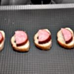 Morteau et comté Déposer la Morteau sur le pain