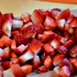 Financiers à la fraise Couper les fraises