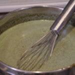 Panna cotta pistache Remuer pour intégrer la crème