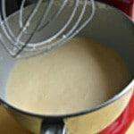 Crêpes au beurre Le mélanger a la farine et les œufs