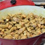 Curry de porc Ajouter la viande dans les épices