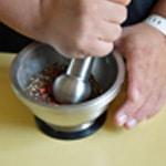 Rosbif au poivre en grain Piller le poivre dans un mortier