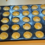 Tapenade et anchois Poser la pâte feuilletée dans les moules
