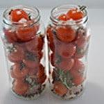 Tomates cerise et romarin Ranger dans les bocaux