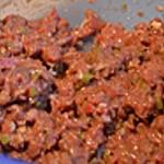 Tartare de boeuf en verrine Mélanger avec tous les ingrédients