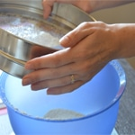 Macarons à la framboises Tamiser sucre glace et amande