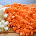 Lentilles à la saucisses fraiches Couper en cube les légumes