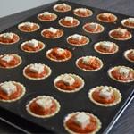 Feuilletés tomate et feta Poser un cube de feta