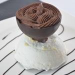 Sphère meringue et chocolat Coller les sphères avec de la ganache
