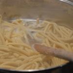 Pâtes fraiche et foie Cuire dans un grand bouillon d'eau