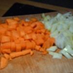 Roti de porc aux champignons Couper oignons et carottes