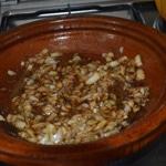 Tajine de poulet aux raisins Griller les amandes