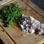 Fricassée de champignons Émincer persil et échalote