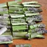 Légumes de printemps Trancher les asperges