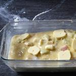 Clafoutis de rhubarbe Poser des noisettes de beurre