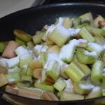 Tarte à la rhubarbe caramélisée Cuire la rhubarbe dans le sucre