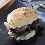 Hamburger maison Recouvrir avec la moitié d'un bun