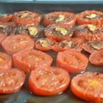 Salade de tomates confitesTrancher les tomates en deux