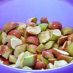 Compote de pommes ramassées en bocaux Couper les pommes