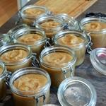 Compote de pommes ramassées en bocaux Verser dans les boccaux