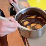 Mousse au chocolat noir et fèves tonkas Mélanger les jaunes avec le chocolat