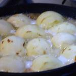 Gâteau aux pommes et chocolat Cuire les pommes dans le beurre