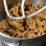 Cookies aux pépites de chocolat au lait et noir Ajouter les pépites