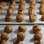 Cookies aux pépites de chocolat au lait et noir Former des boules