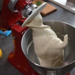 Pain au gorgonzolas et noix Préparer la pâte