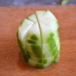 Salade de coquillettes Couper le concombre