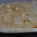 Pizza sucrée aux pommes Beurrer légèrement les pommes