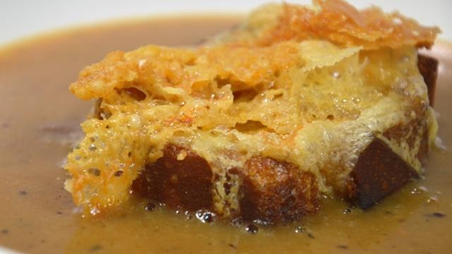 Soupe d'oignons gratinée au mont d'or Les croûtes au mont d'or