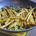 Verrines d'asperges et de Roquefort Saisir les asperges avec le persil