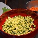 Minestrone et fenouil Couper en cubes les courgettes
